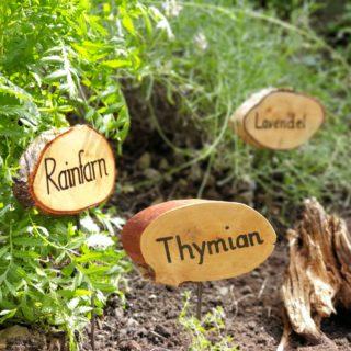 Kräuterschilder aus Holz im Rablhaus Kräutergarten