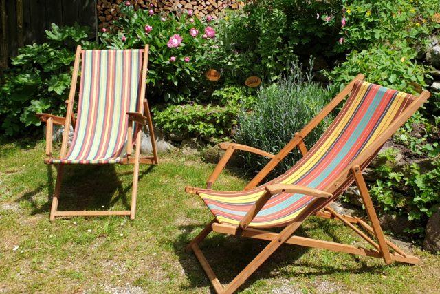 Liegestühle im Kräutergarten des Rablhauses