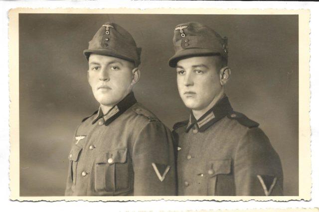 Zwei junge Weerberger Wehrmachtssoldaten