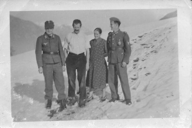 Zwei Soldaten mit den Eltern im Schnee