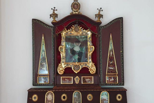 Flügelaltar mit dem Porträt der Hl. Kreszentia von Kaufbeuren in der Mitte, umgeben von mehreren eingesetzten Reliquiaren