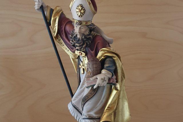 Heiliger Ambrosius im Bischofsornat mit Bischofsstab in der re. Hand, im li. Arm Buch und Bienenkorb