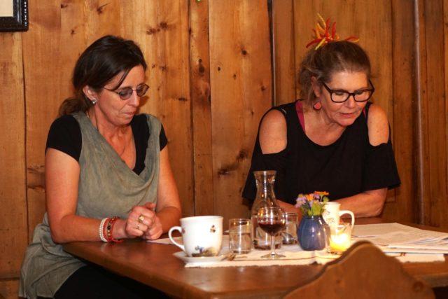 Andrea Aschauer und Astrid Mader bei einer Lesung in der Stube des Rablhauses