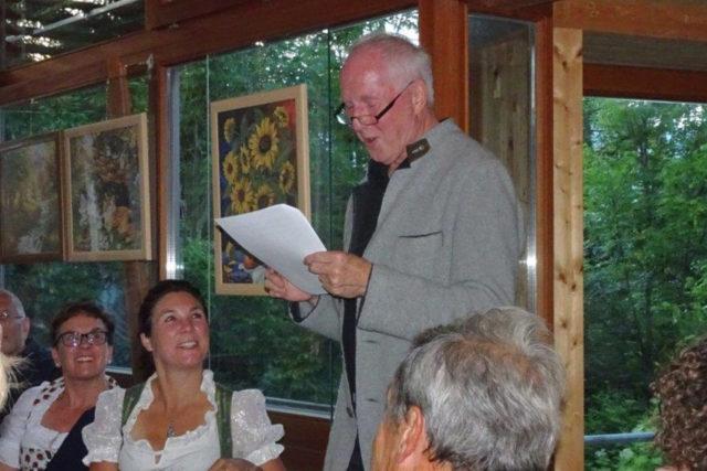 Peter Hörhager bei einer Lesung vor interessiertem Publikum