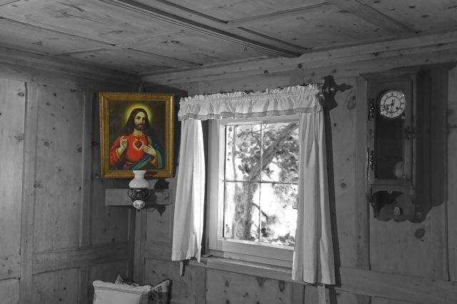 Stube in SW, darin in Farbe ein Gemälde mit dem Herz-Jesu im Eck