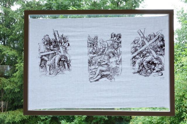 Textildruck der Innsbrucker Künstlerin Sabine Schennach nach Skizzen eines Kreuzweges des Tiroler Künstlers Josef Bachlechner d. Ä. (1871 - 1923)